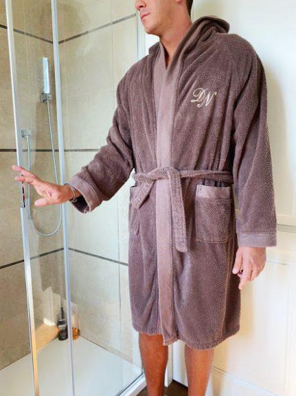 officinaricamiera-accappatoio-personalizzato-ricamo-personalizzato-idearegalo-spugna-cotone-asciugamani-ricamo